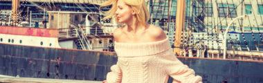 kremowy sweter z odkrytymi ramionami