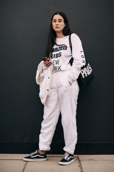 Klasyczne Vansy łącz ze sportowymi ubraniami