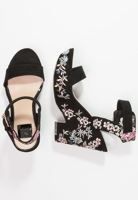 Haftowane sandały