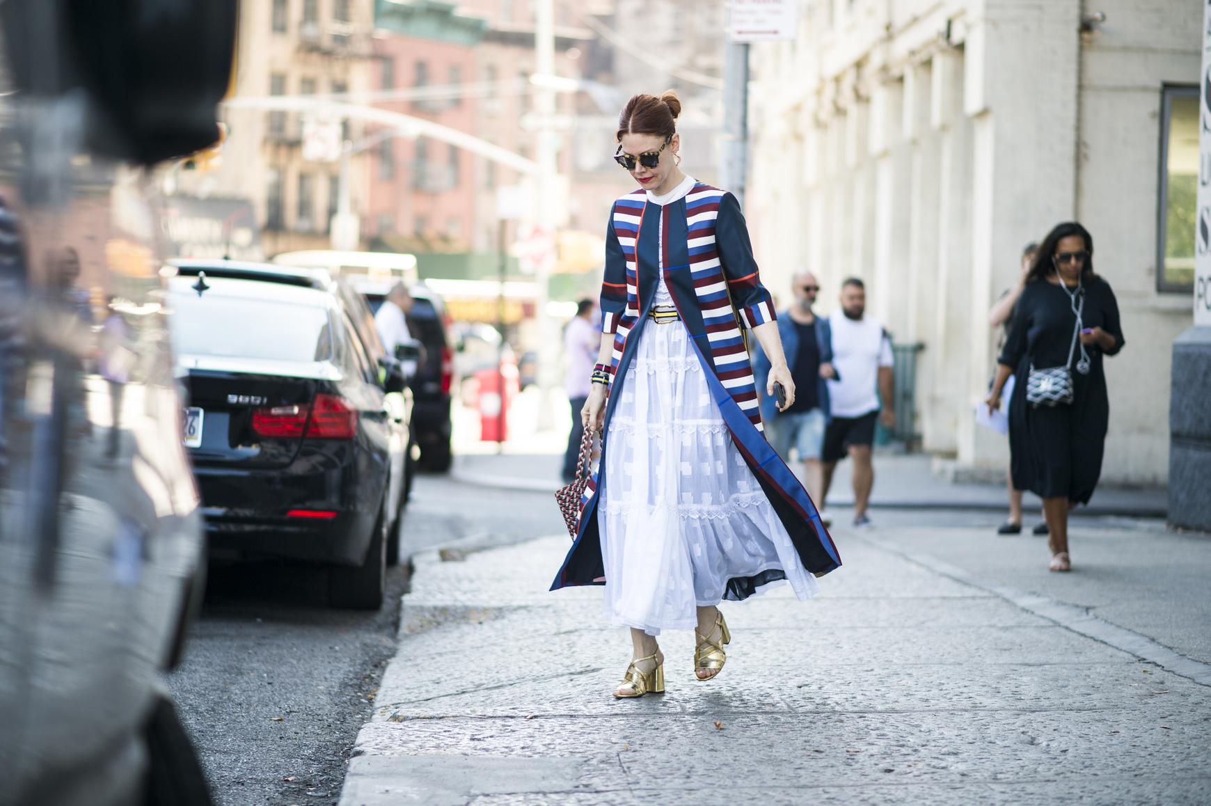 Długa spódnica z falbanami jest uniwersalna