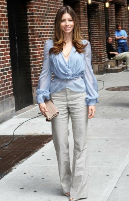 Jessica Biel w kopertowej koszuli