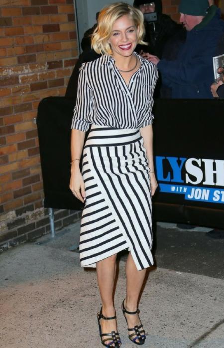 Sienna Miller w kopertowej bluzce