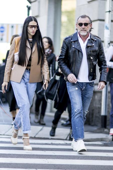 Białe szpilki pasują do klasycznych jeansów