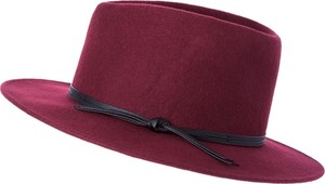 Bordowy kapelusz