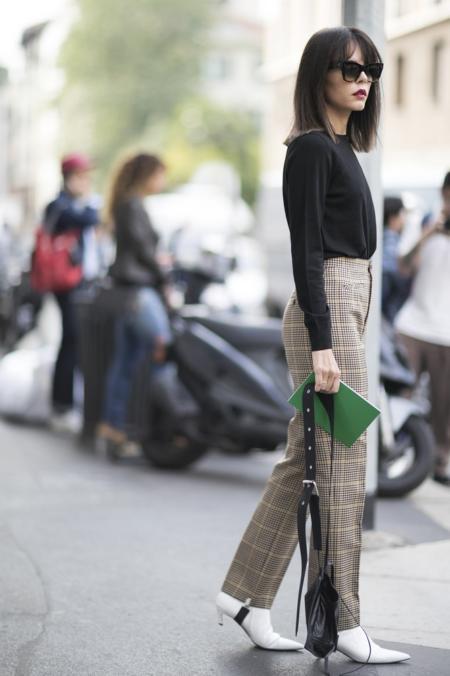 Jasne botki pasują do wzorzystych spodni