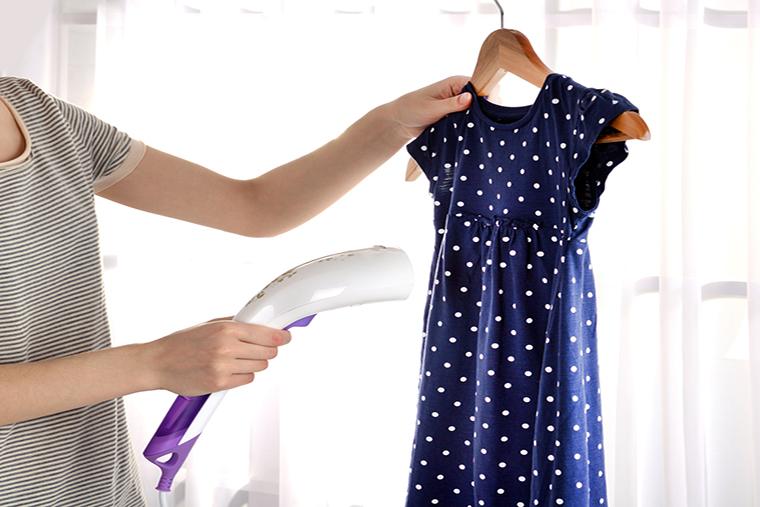 Prasowanie ubrań parą pomaga dłużej zachować ich świeżość