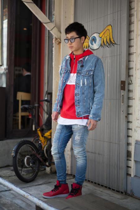 Jeansowy total look uzupełnia sportowa bluza z kapterem
