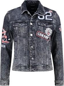 Poprzecierana kurtka jeansowa ozdobiona naszywkami
