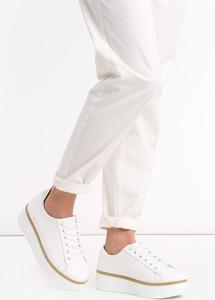 Białe buty na grubej platformie