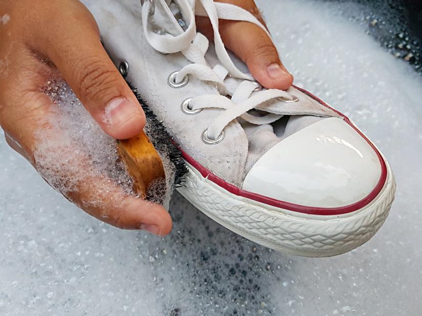 Jak prać białe buty?
