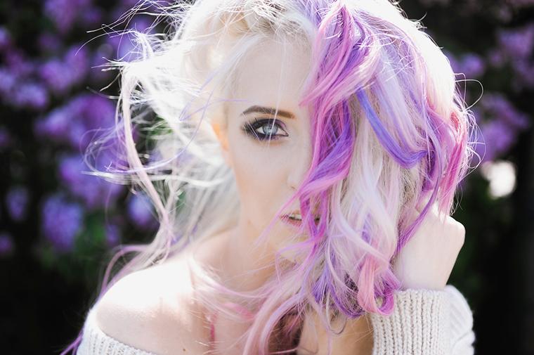 Holograficzne włosy to nowy trend we fryzjerstwie