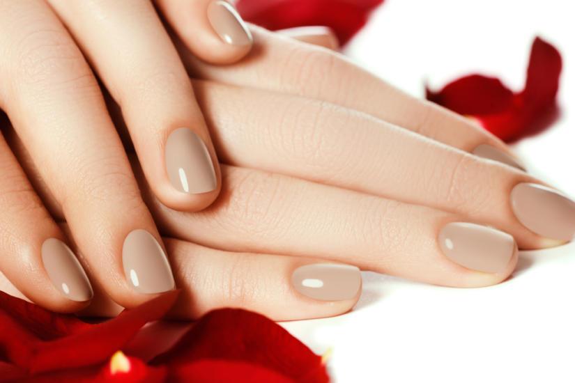 Orzech laskowy na paznokciach