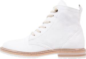 Białe wiązane botki