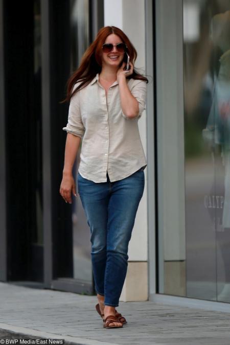 Do jeansów nosi zarówno T-shirty jak i luźne koszule
