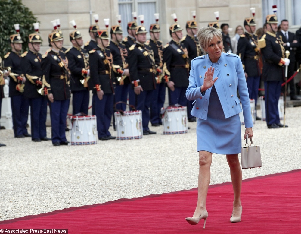 Brigitte Macron w jasnoniebieskim kostiumie
