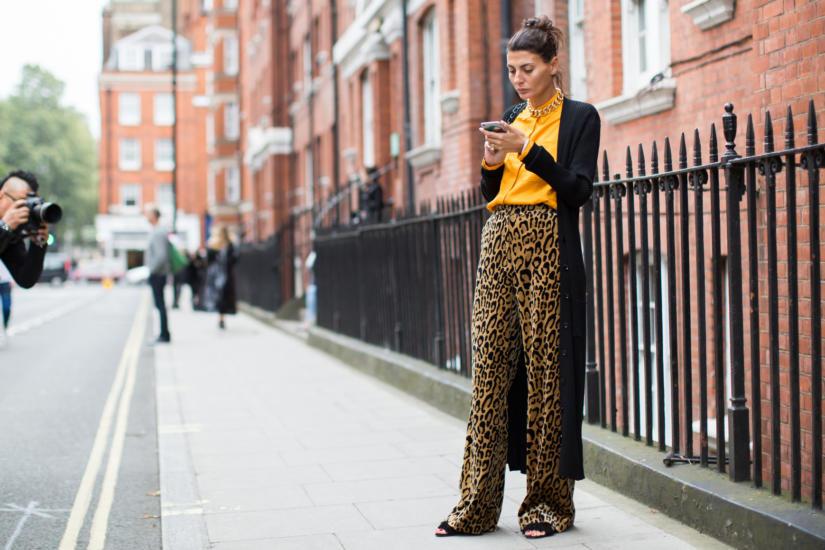 Wzorzyste spodnie palazzo pasują do mniej formalnych stylizacji