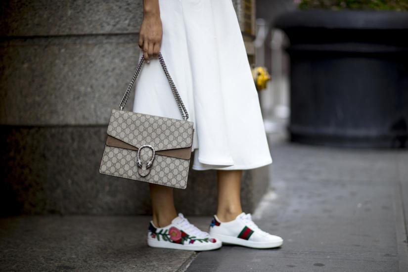 Hafty i aplikacje umieszczamy nawet na sportowych butach