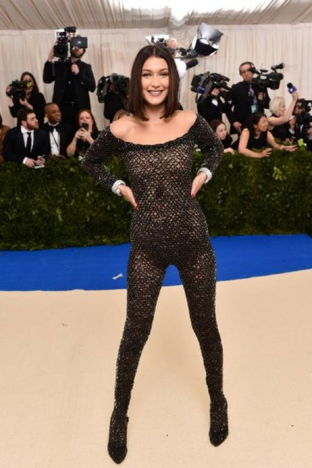 Bella Hadid w kostiumie od Alexandra Wanga