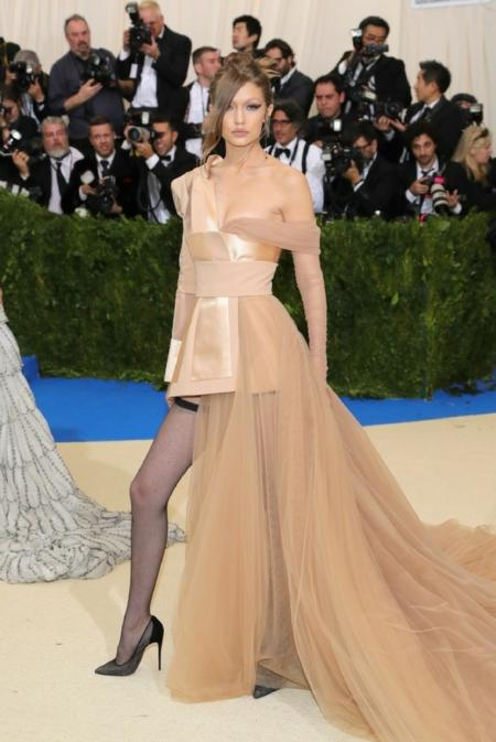 Gigi Hadid w sukni od Tommy Hilfigera