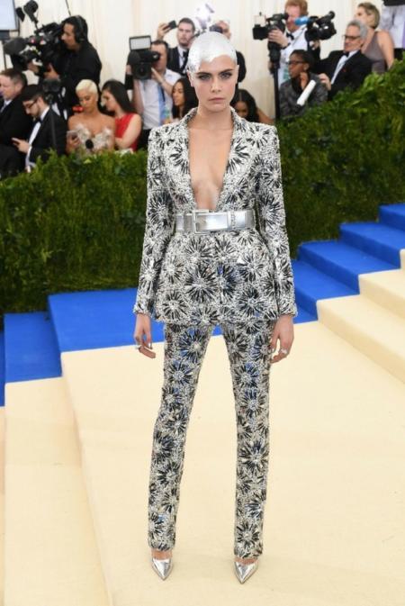 Cara Delevingne w kostiumie od Chanel