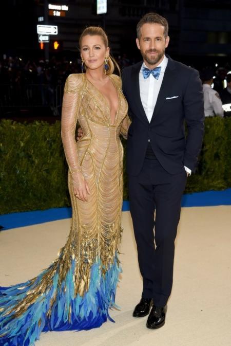 Blake Lively i Rayan Reynolds w kreacji od Versace