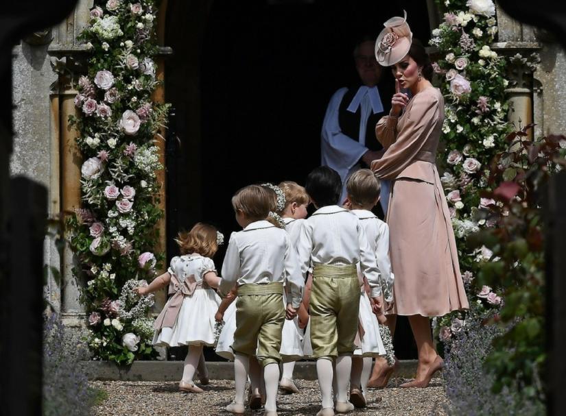 Księżna Kate prowadząca dzieci do kościoła