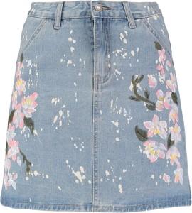 Jasna spódnica z motywem kwiatów