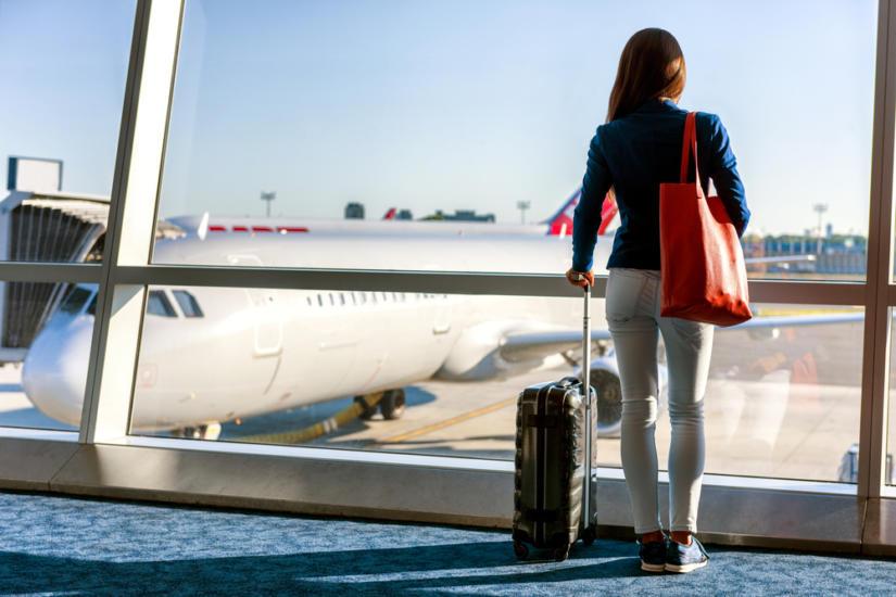 Proste spodnie bez kieszeni nie będą dla Ciebie uciążliwe na lotnisku