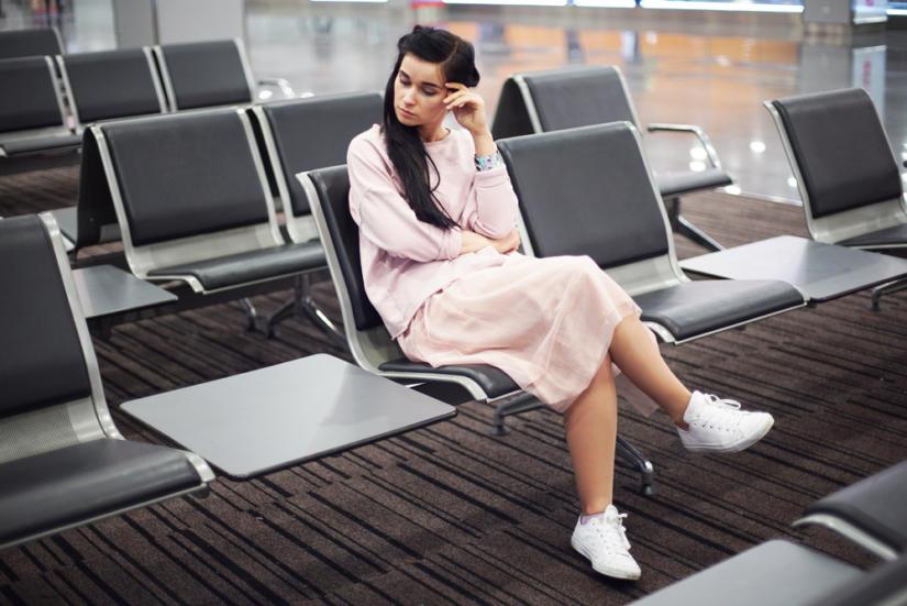 Na lotnisku najlepiej sprawdzą się wygodne buty na płaskiej podeszwie