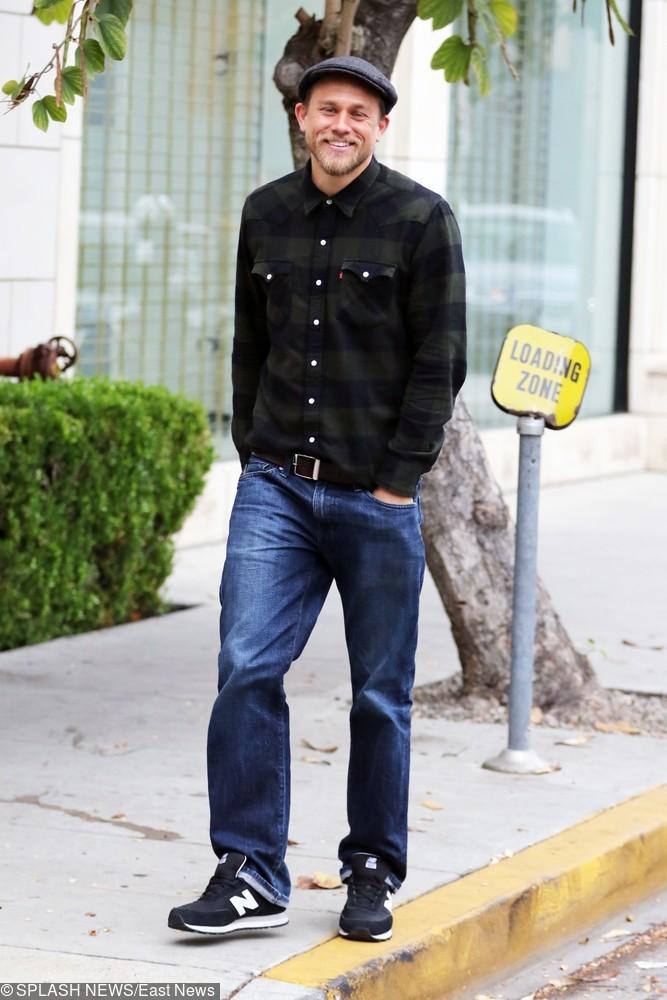 Aktor uwielbia kraciaste koszule i sportowe buty