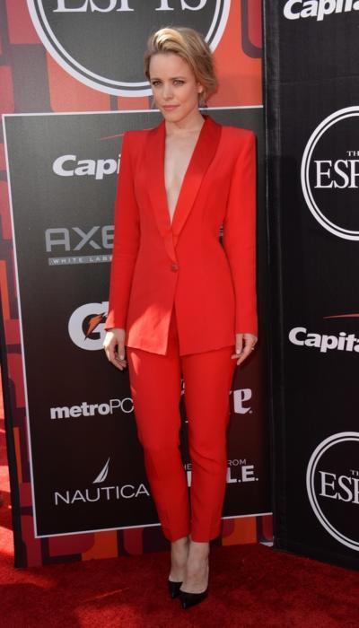Rachel McAdams w czerwonym garniturze