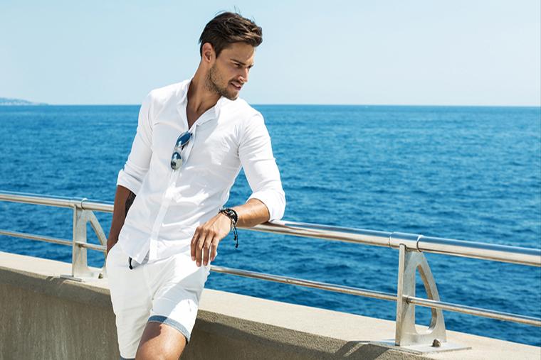 Biała koszula i bermudy to synonim męskiej elegancji latem