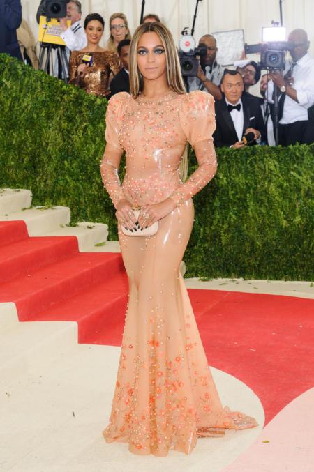 Beyoncé w brzoskwiniowej sukni