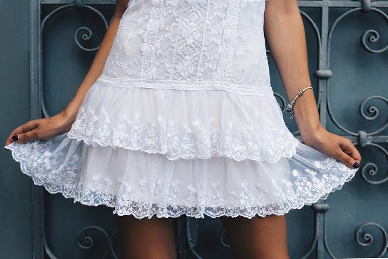 Sukienka z falbanką jest bardzo modna tego lata