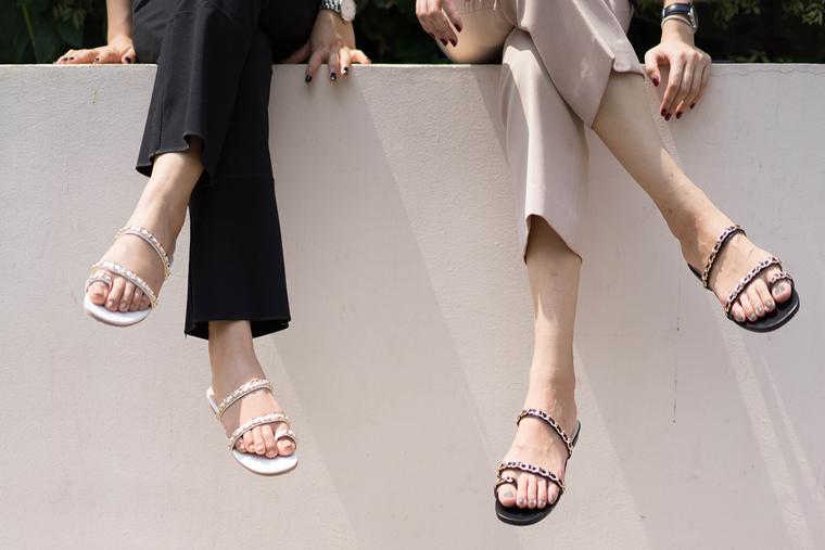 Eleganckie buty na lato to również skórzane sandałki