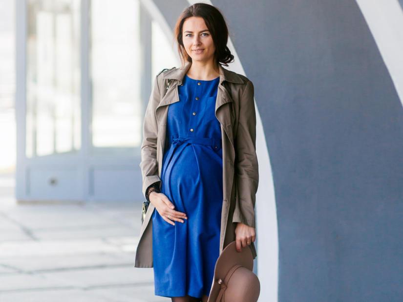 Proste fasony ubrań podkreślą ciążowy brzuszek