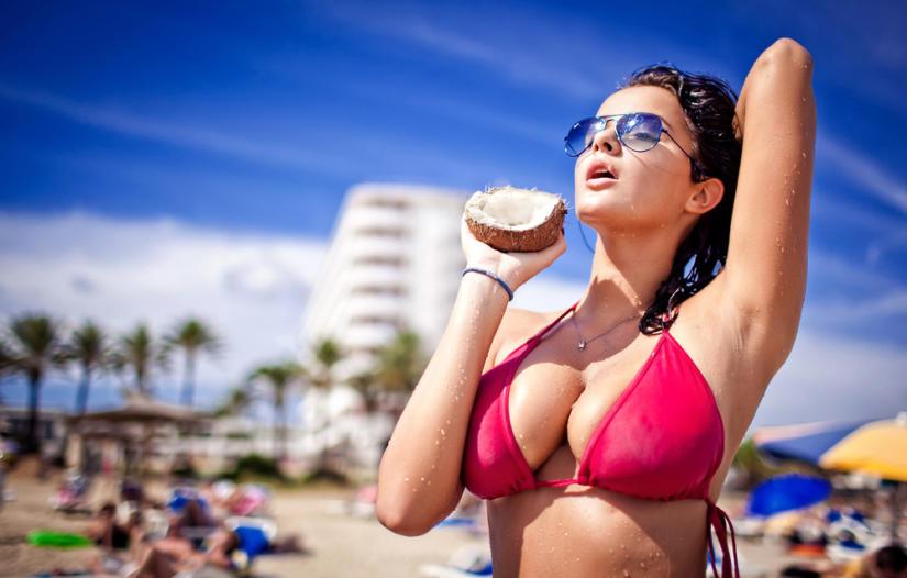 Skąpe bezfiszbinowe bikini może nie podtrzymać dużego biustu