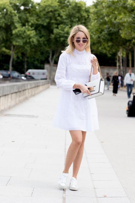 Koronkowa sukienka + sneakersy