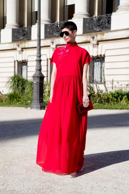 Czerwona sukienka opanowała paryskie ulice