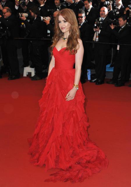 Isla Fisher w czerwonej sukni