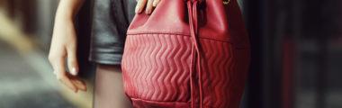 Torebka worek w kolorze burgundowym jest bardzo elegancka