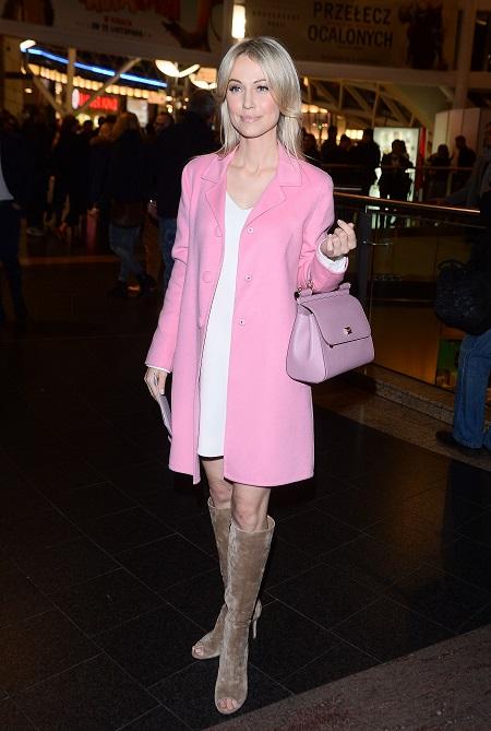 19870784b7 Magdalena Ogórek w różowym płaszczu
