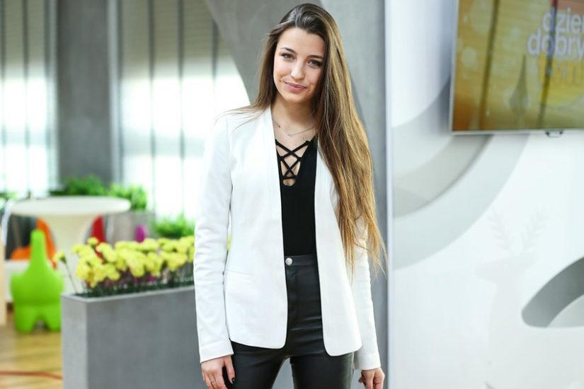 Julia Wieniawa na publiczne wystąpienia wybiera białą marynarkę