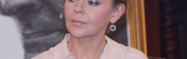 justyna pochance w bluzce pelerynce