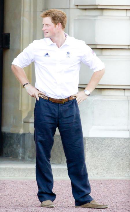 Biała koszula i granatowe spodnie