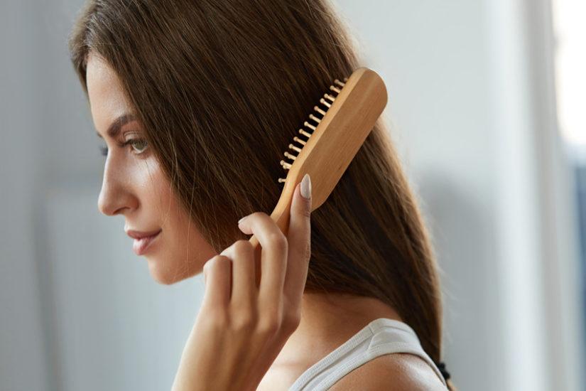 Regeneracja włosów po wakacjach powinna zacząć się od szczotkowania