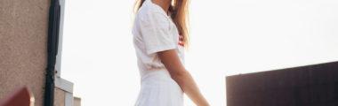 Plisowana spódnica na lato w białym kolorze w wersji mini sprawdzi się na letnie imprezy