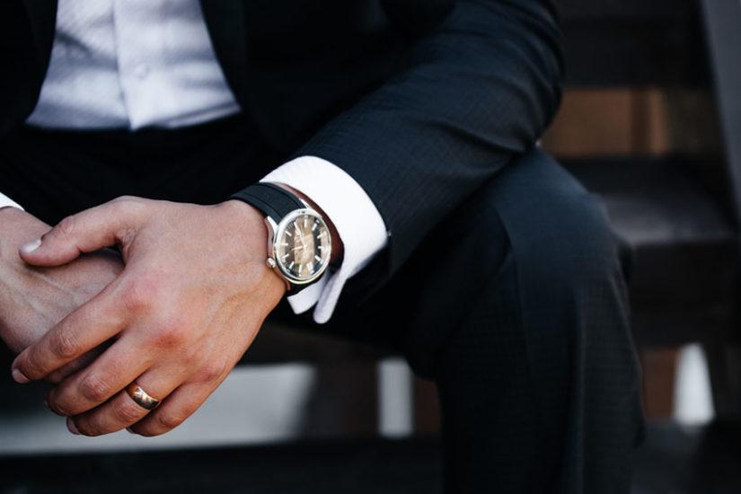 Jaki zegarek kupić, by posłużył Ci na lata i pasował do garnituru?