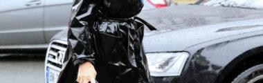 Czarny lakierowany płaszcz przeciwdeszczowy jest bardzo modny w tym sezonie