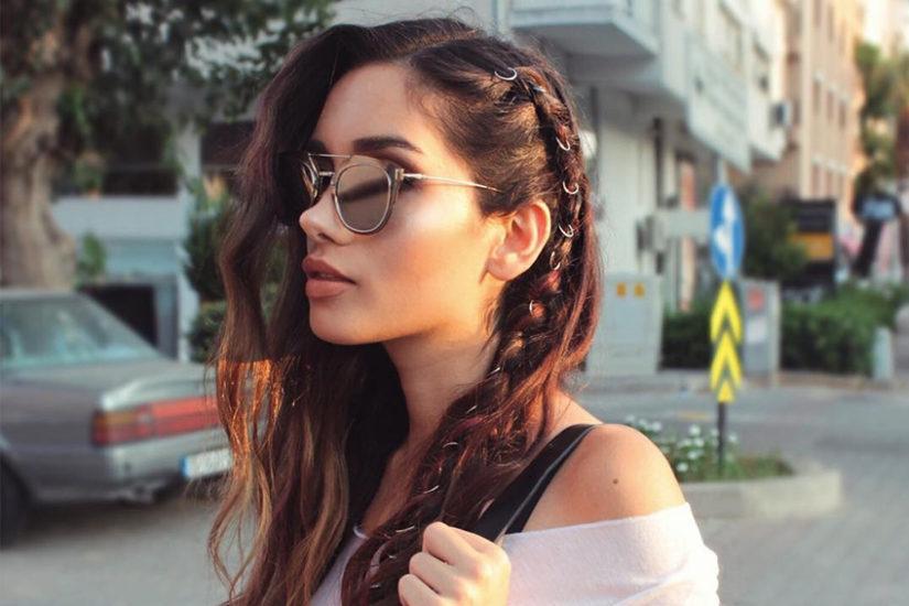 kolczyki we włosach
